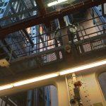 Os monumentais elevadores dentro do prédio da travessia do Tunel Elba